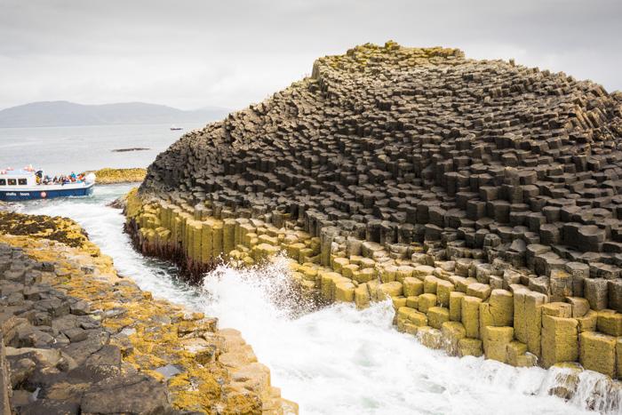 Isla de Staffa, al fondo el barquichuelo de la excursión