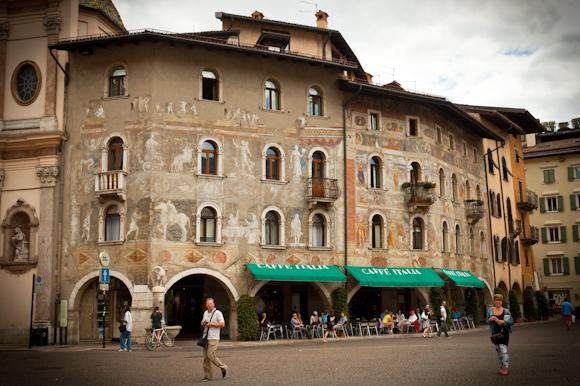 Fachada decorada de la Plaza del Duomo, Trento