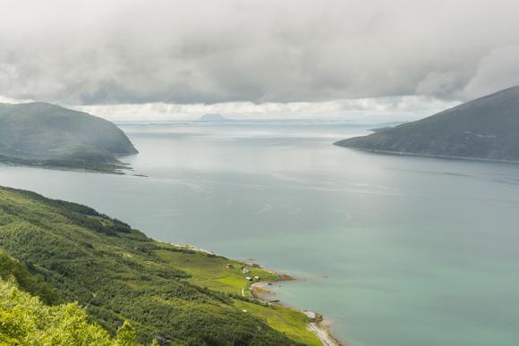 Desde lo alto del puerto en la isla de Nesna