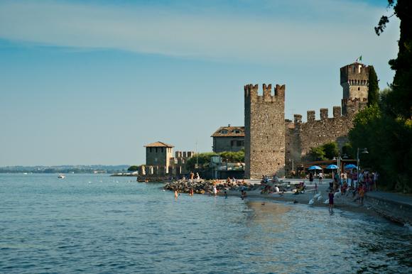 Pequeña playa en el lago junto al castillo de Sirmione