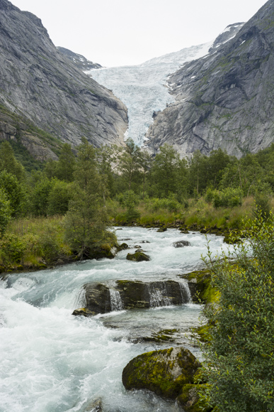 Glaciar y río Briksdalsbreen