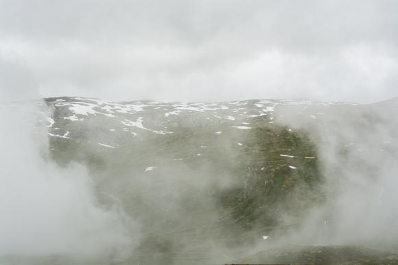 La niebla lo cubría todo en lo alto del puerto