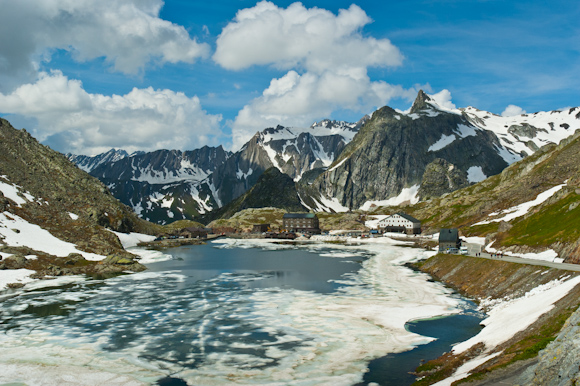 Col du Grand Saint Bernard, al fondo la frontera con Italia