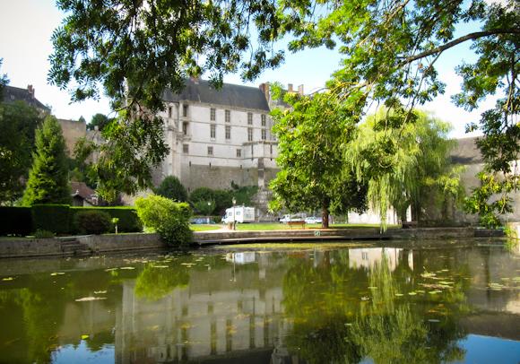 Al fondo, el área de pernocta de Chateaudum y parte del castillo