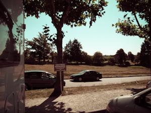Parking frente a las ruinas del antiguo pueblo