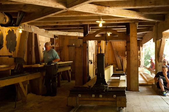 Trabajos tradicionales suizos en directo dentro del museo