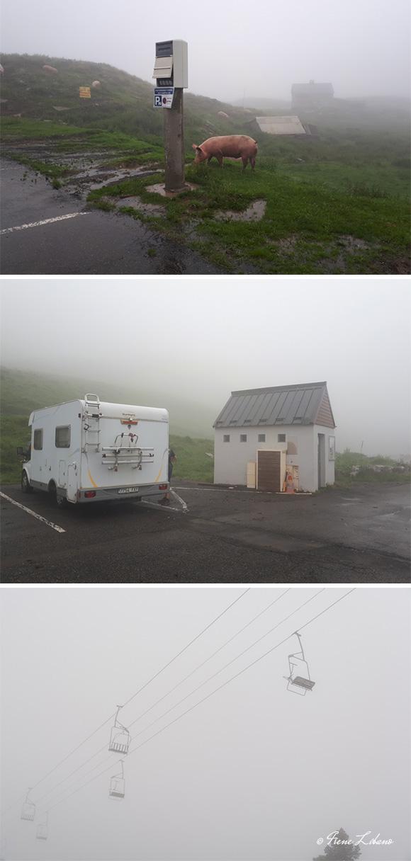 Área de autocaravanas y telesillas de Arette Pierre St. Martin con una niebla del copetín